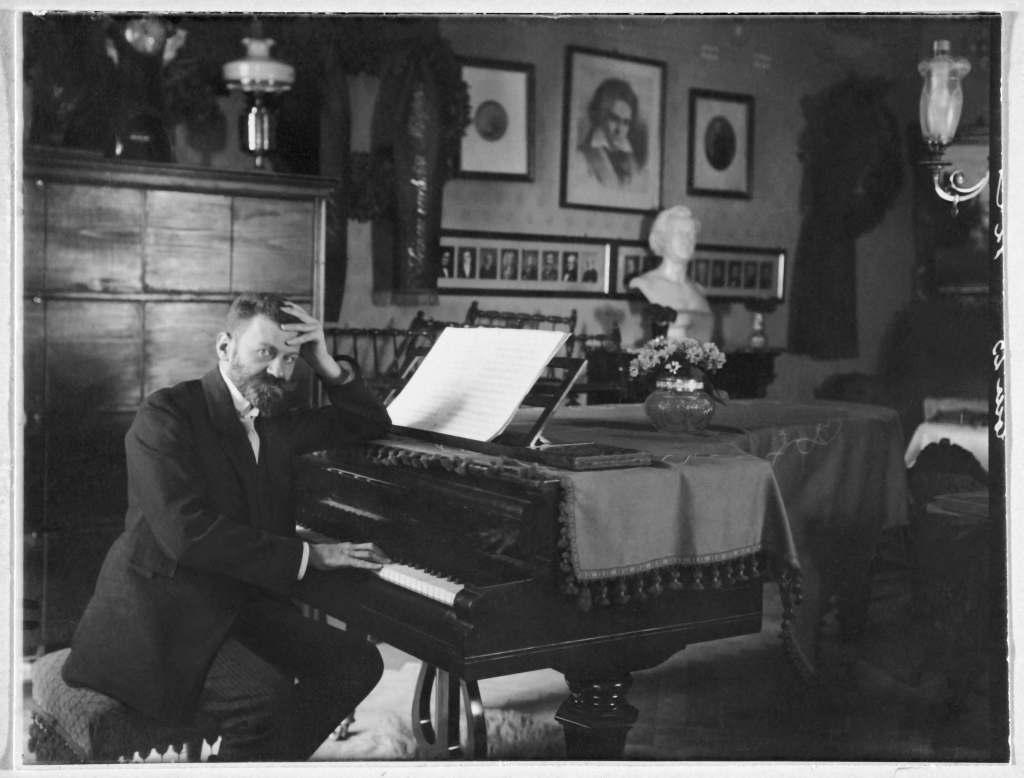 Richard Stöhr at the piano in his music salon, ca. 1925.